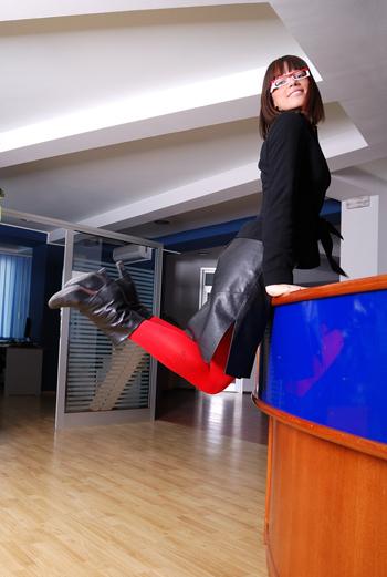 Прыжки в холле офиса помогут размяться ногам - только постарайтесь, чтобы за этим занятием вас не застукал шеф.