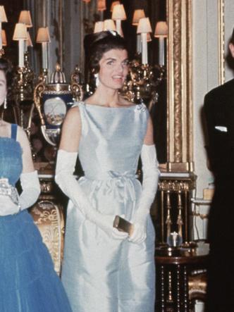 Фото №21 - От свадебных платьев до роскошных мехов: какие образы Виндзоров повторили в сериале «Корона»