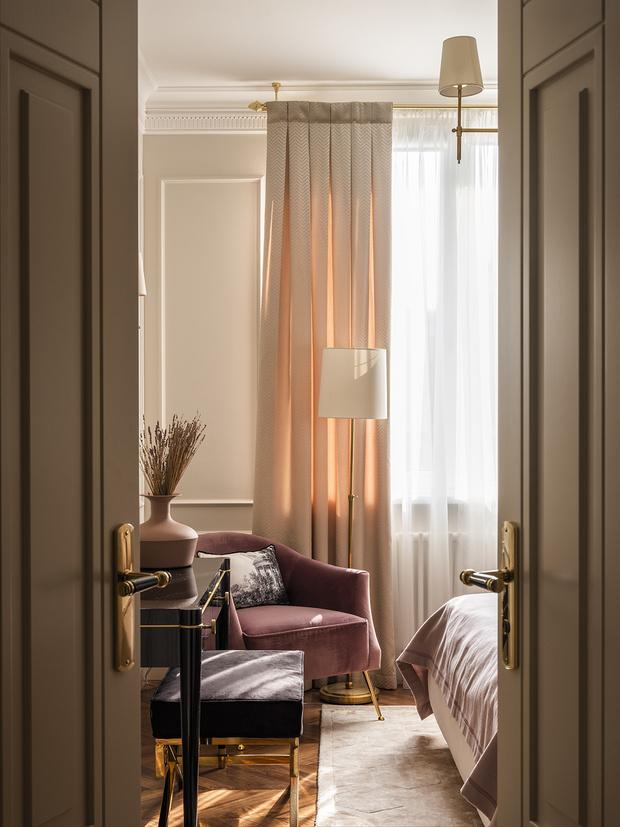Фрагмент спальни. Туалетный столик и двери сделаны на заказ, «Столярка-13». Банкетка и кресло, Eichholtz. Паркет, Villa di Parchetti.