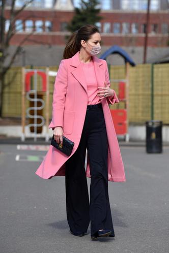 Фото №1 - И снова розовый: Кейт Миддлтон в невероятно красивом пальто оттенка жвачки