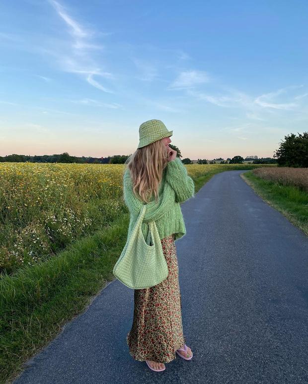 Фото №1 - Стилист Эмили Синдлев показывает, как этим летом носить юбку с цветочным принтом