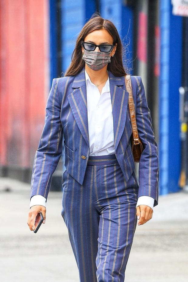 Фото №1 - Костюм в полоску и мартинсы: модное предсказание Ирины Шейк на осень 2021