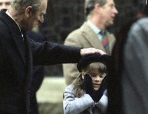 Фото №1 - «Мы все скучаем по тебе»: принцесса Евгения опубликовала редкие снимки принца Филиппа из семейного архива
