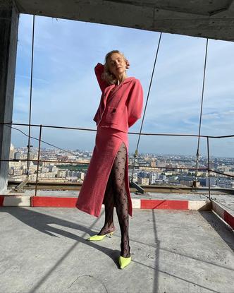 Фото №2 - Как носить колготки с принтом и выглядеть модно? Показывает Ольга Карпуть