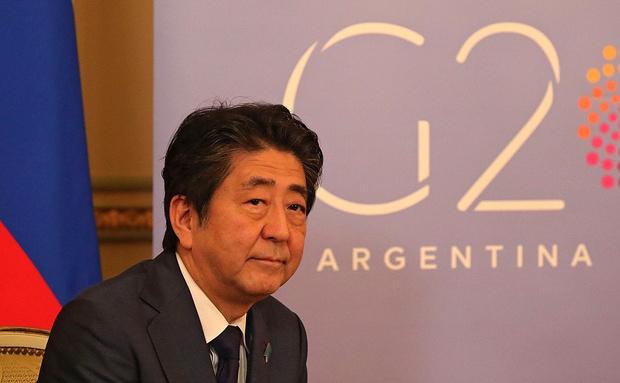 Фото №1 - Премьер-министр Японии взял первый выходной за 148 дней