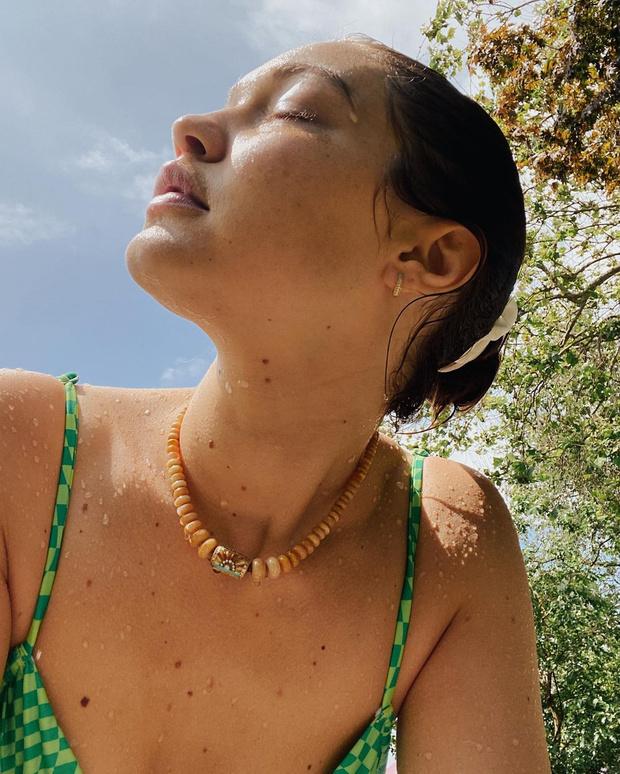 Фото №1 - Дабл-дрессинг: Джиджи Хадид носит изумрудный купальник как у дочери