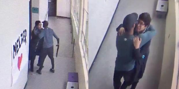 Фото №1 - Тренер разоружает стрелка в американской школе, обняв его (видео)