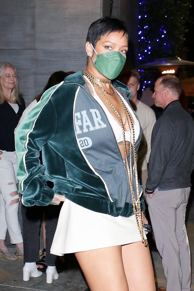Фото №3 - Бархатный бомбер + экстремально короткая юбка: эффектный образ Рианны
