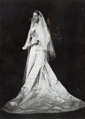 Фото №9 - Кружева истории: самые старые свадебные платья в мире