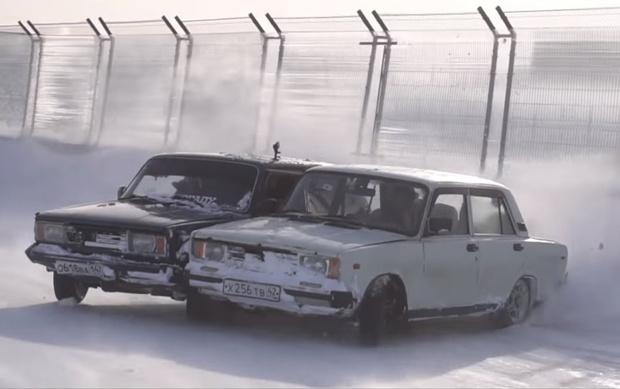 Фото №1 - Наши мужики сварили вместе два «жигуля» и устроили парный дрифт в сибирских снегах (видео)