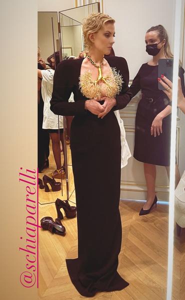 Фото №2 - Полной грудью: Рената Литвинова переплюнула Хадид в наряде с золотыми бронхами
