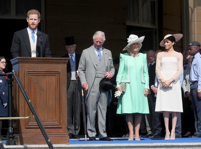 Фото №2 - Меган Маркл и принц Гарри впервые появились на публике после свадьбы