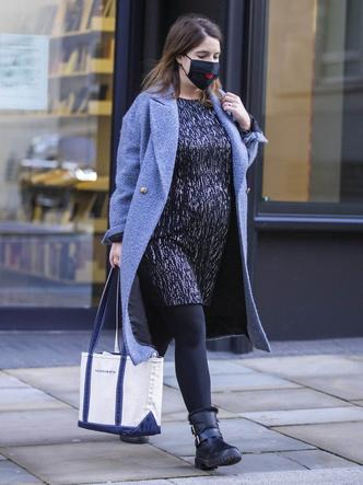 Фото №2 - Мини-платье и грубые ботинки: как одевается беременная принцесса Евгения