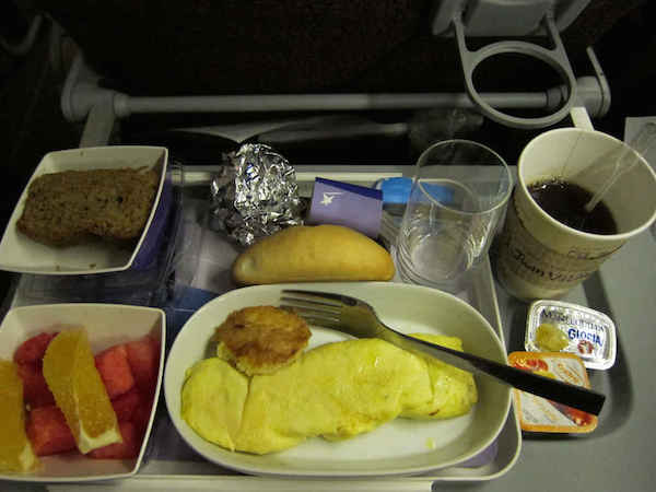 Фото №1 - Два блюда, которые безопасно есть в самолете (по мнению авиа-шеф-повара)