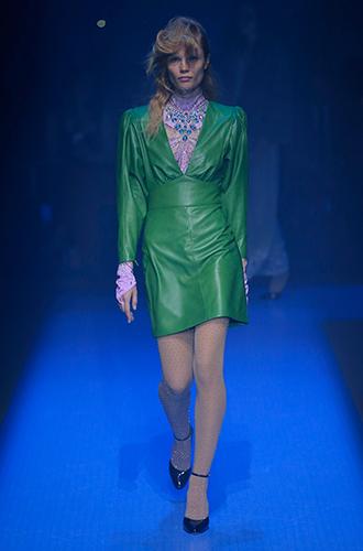 Фото №13 - Стразы, ботфорты и колготки в сеточку: как в моду входит все то, что раньше считалось безвкусицей