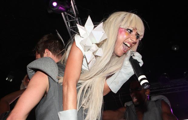 Фото №1 - Леди Гага оседлала фаната, но тот не сдюжил, и они эпично рухнули со сцены (видео)