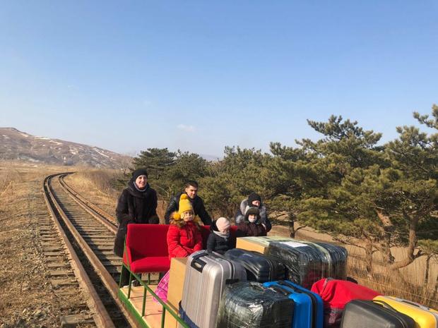 Фото №1 - Российские дипломаты покинули Северную Корею на дрезине (видео)