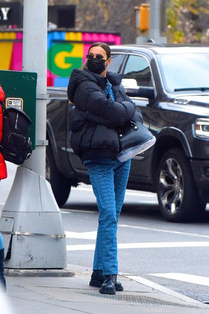 Фото №5 - Зимний образ для мам (и не только): Ирина Шейк в пуховике и костюме из денима на прогулке с дочерью
