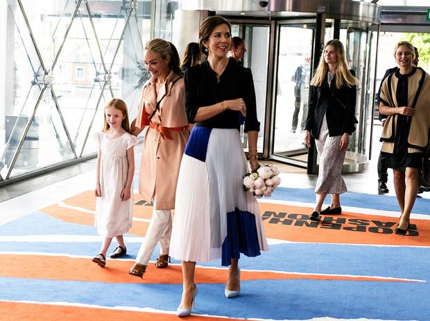 Фото №6 - Вечная классика: как королевские особы носят плиссированные юбки