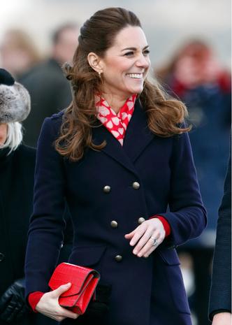 Фото №14 - Теплый прием: как герцогиня Кейт носит шарфы