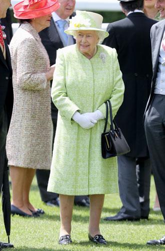 Фото №12 - Королева стиля: 5 образов Елизаветы II на Royal Ascot