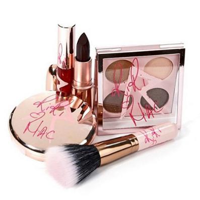Фото №2 - Рианна подписала контракт с косметическим брендом M.A.C
