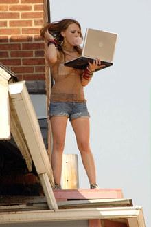 Фото №1 - Хиллари Дафф проказничает на крыше
