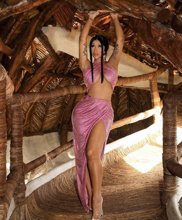 Фото №3 - Всегда как звезда: Карди Би в сверкающем розовом аутфите Balmain на романтическом ужине с мужем