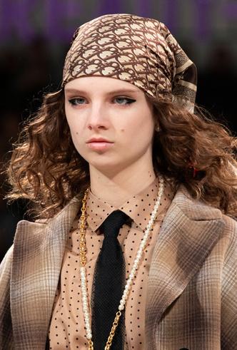Фото №4 - Шапки, косынки и береты: самые модные головные уборы сезона