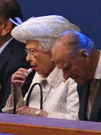 Фото №5 - Почему Королева всегда делает макияж сама (кроме одного раза в году)