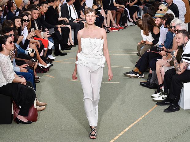 Фото №1 - Наталья Водянова снова в строю: модель на показе Givenchy