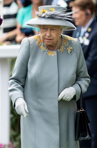 Фото №8 - Королева стиля: 5 образов Елизаветы II на Royal Ascot