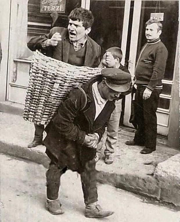 Фото №1 - Как в Турции доставляли пьяных домой в корзине