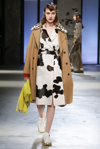 Фото №2 - Коровий принт – новый модный конкурент «леопарда» и «зебры»