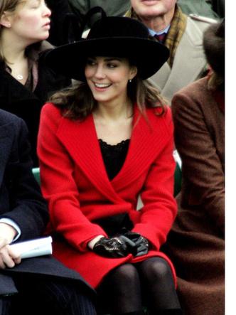 Фото №5 - До свадьбы и стилиста: какими были официальные выходы Кейт в статусе подруги принца