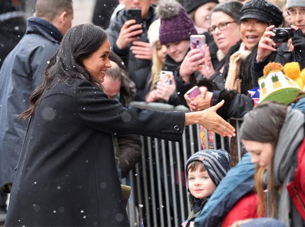 Фото №4 - Почему герцогиня Меган носит с собой перчатки, но не надевает их