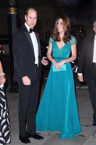 Фото №24 - 6 знаковых нарядов герцогини Кембриджской, которые она носит уже 6 лет