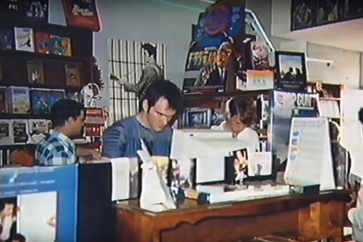 Фото №1 - История одной фотографии: юный Квентин Тарантино на работе в видеопрокате