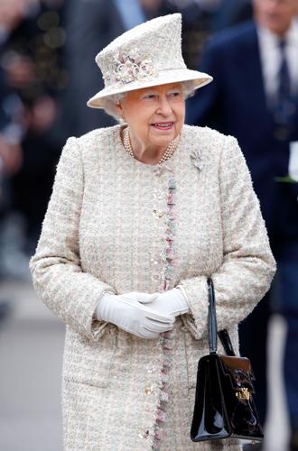Фото №19 - Без церемоний: как Карл Лагерфельд провоцировал британских монархов
