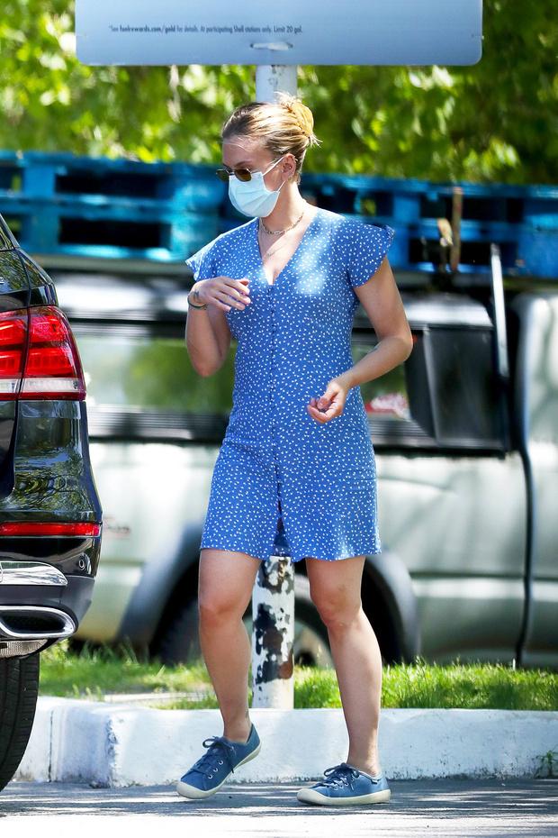 Фото №1 - Редкий летний выход Скарлетт Йоханссон, или Почему в любой странной ситуации блондинки носят голубой