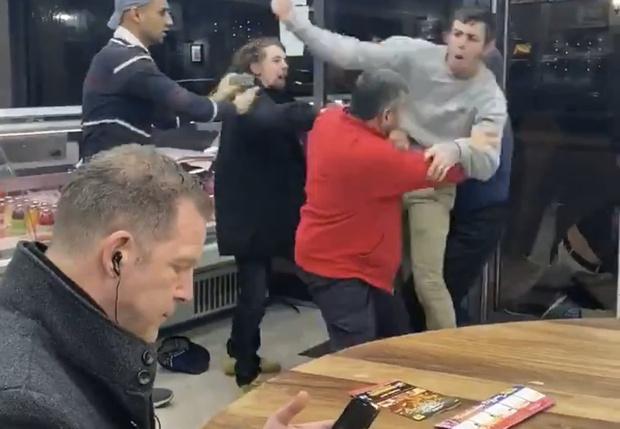 Фото №1 - Британец стал героем соцсетей, продолжив есть во время массовой драки в кафе (видео)