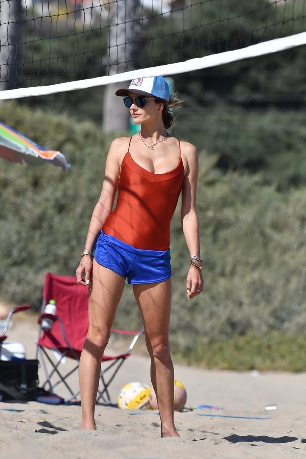 Фото №3 - Новая «спасательница Малибу»: топ-модель Алессандра Амбросио демонстрирует собственную версию сексуального красного купальника