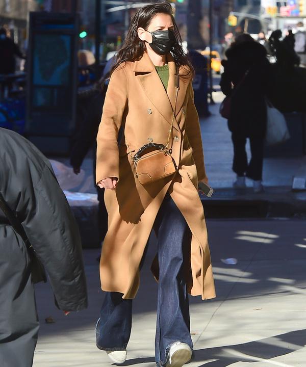 Привет из 2000-х: очень широкие и длинные джинсы, как у Кэти Холмс, которые мы будем носить этой весной