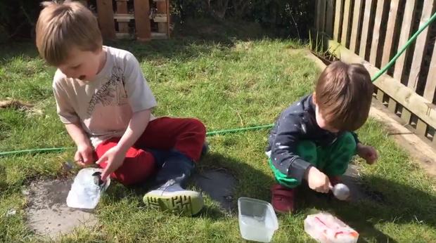 Фото №1 - Отец придумал действенный способ занять детей на карантине (видео)