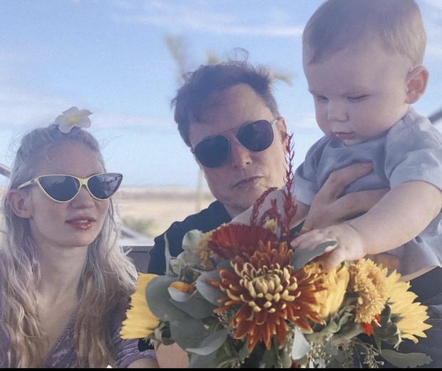 Фото №1 - Редкое фото: Илон Маск поделился снимком с Граймс и их маленьким сыном X Æ A-12