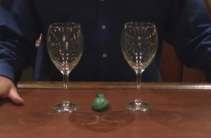 Фото №1 - Фокус с бокалами и воздушным шариком