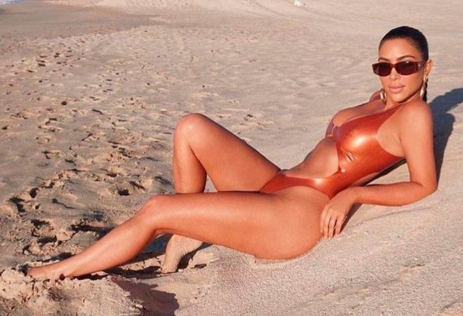 Бедра Ким кажутся идеальными и без песка.