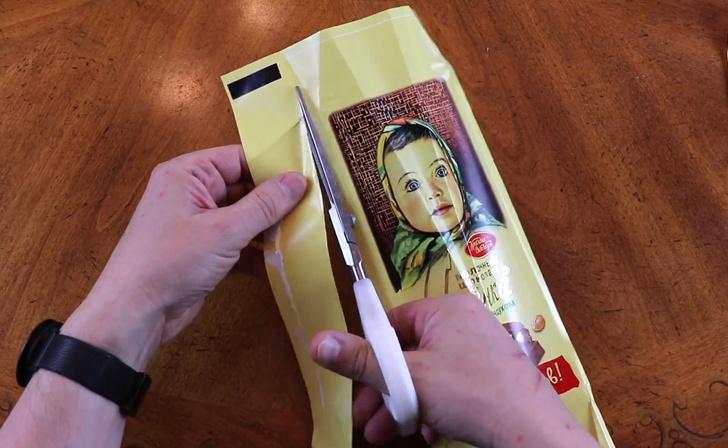 Фото №1 - Англоязычный блогер показал фокус с оберткой от шоколадки «Аленка» (видео)