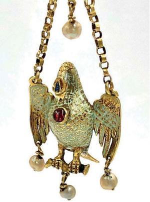 Один из кулонов— «Пеликан в гнезде»