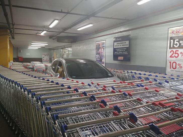 Фото №2 - Водитель по-хамски припарковался, и месть не заставила себя ждать (фото)